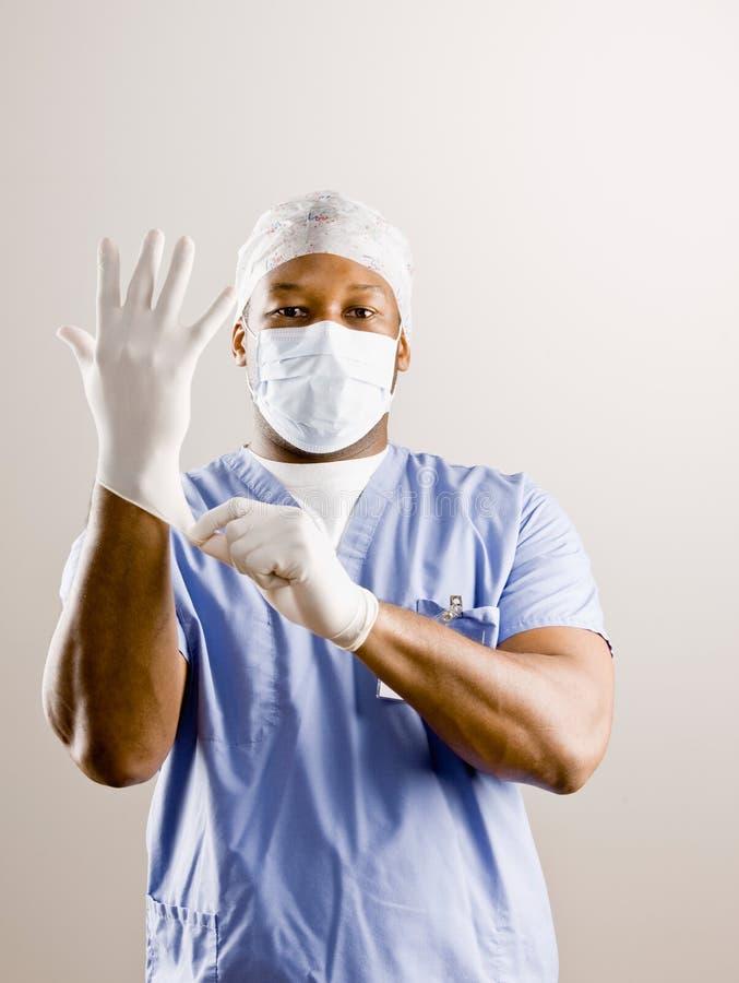 Le docteur frotte dedans, masque chirurgical, capuchon chirurgical images stock