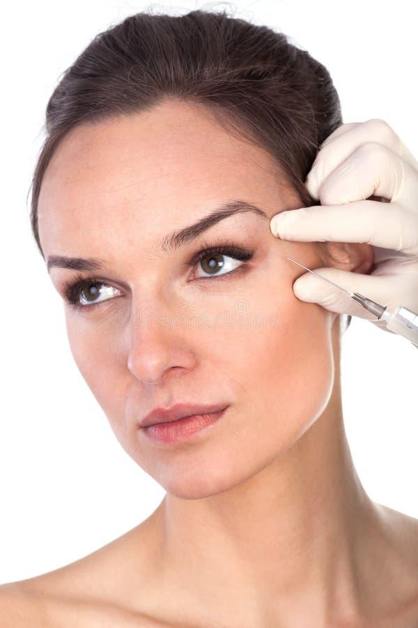 Le docteur injecte la femme liquide de mesure préventive de ride image libre de droits