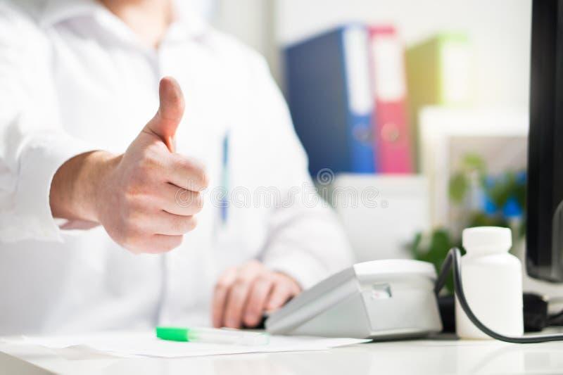 Le docteur montre des pouces  Doc., médecin, infirmière ou médecin heureuse images stock