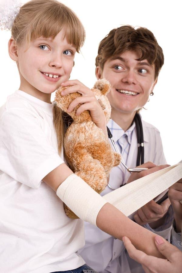 Le docteur octroient les premiers soins de l'enfant. D'isolement. images libres de droits