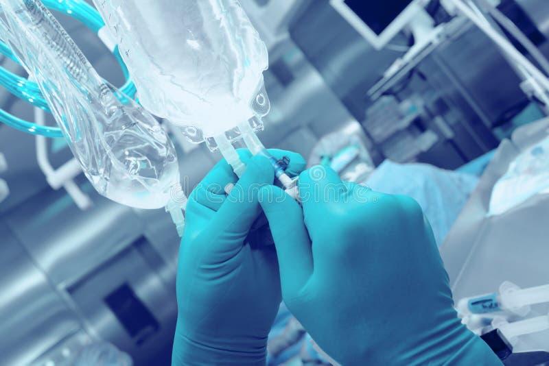 Le docteur prépare la salle d'opération au début de la chirurgie photographie stock libre de droits