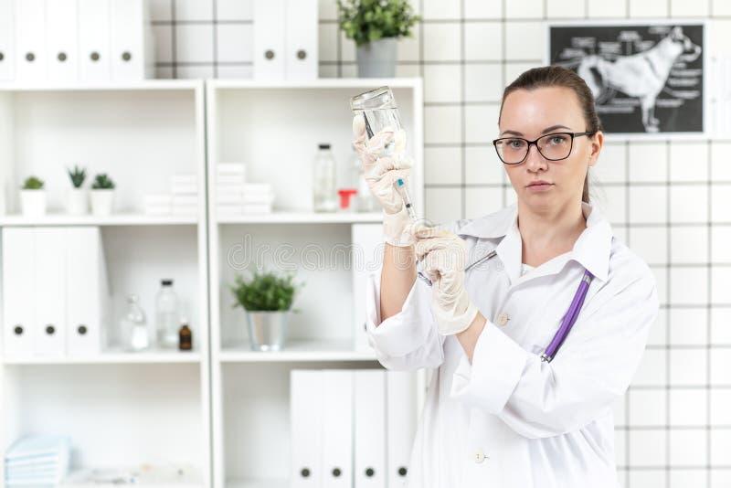 Le docteur prépare un compte-gouttes avec une solution de médecine dans la clinique Fin vers le haut Fond brouill? image libre de droits
