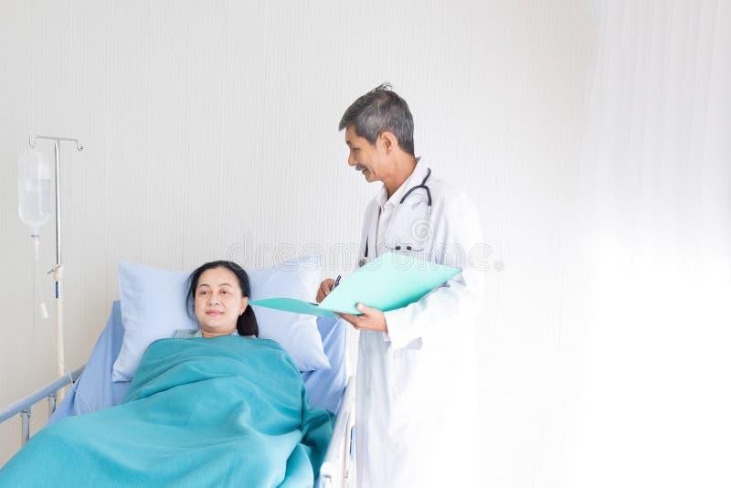 Le docteur présente et patient d'une manière encourageante images stock