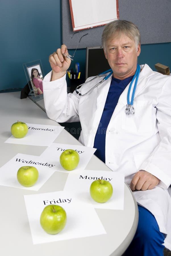 Le docteur prévoit son régime sain image stock