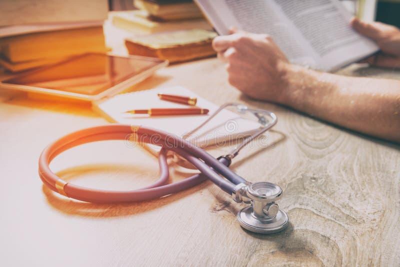 Le docteur se prépare à l'examen photos stock