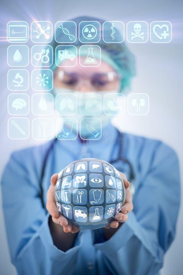 Le docteur tenant la terre dans le concept global de médecine photos stock