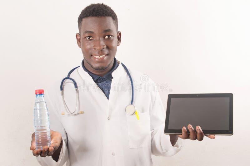 Le docteur tient la main d'eau douce dans le concept médical photos stock
