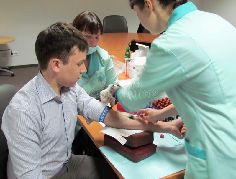 Le docteur transforme au patient une injection en veine image libre de droits