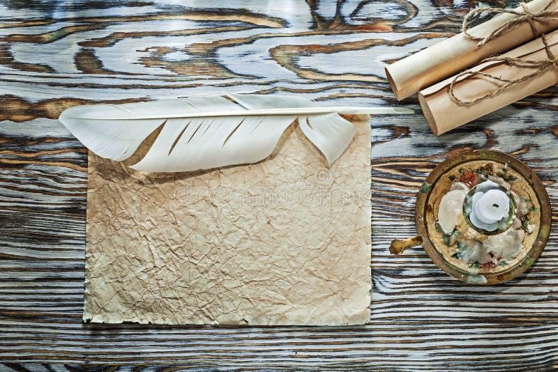 Le document chiffonné par petits pains de papier de vintage plume la bougie de chandelier photo stock
