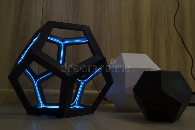Le dodecahedron avec les diodes bleues luminescentes photographie stock