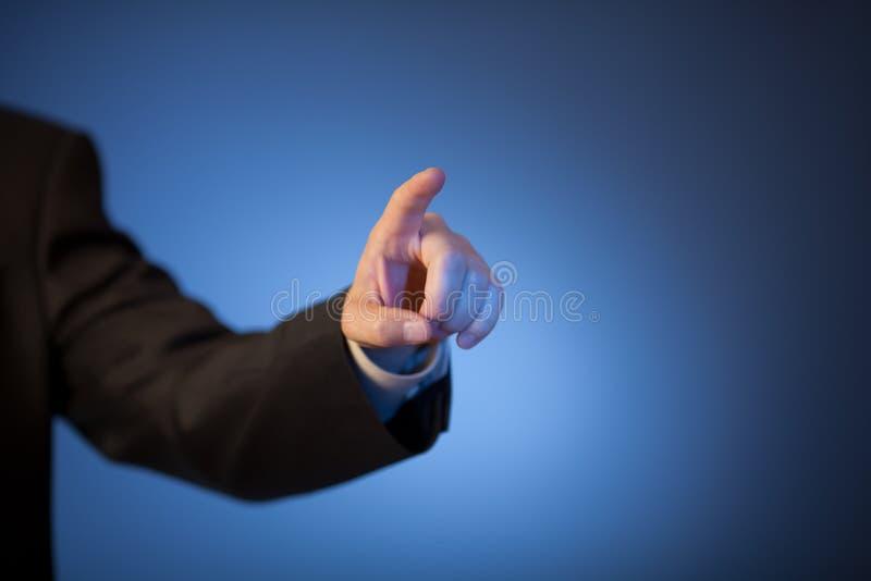 Le doigt de l'homme appuyant sur le bouton invisible photo libre de droits