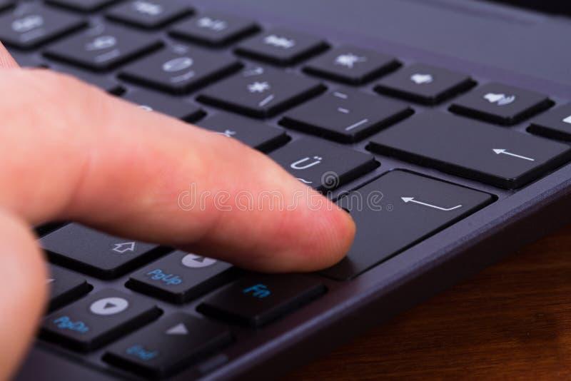 Le doigt introduisent dessus la clé photos stock