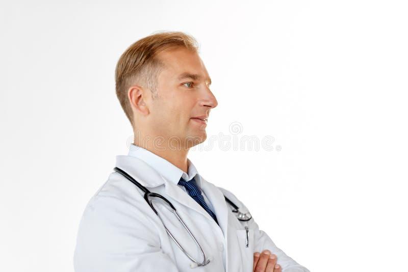 Le doktorn i det vita laget p? det medicinska kontoret royaltyfri bild