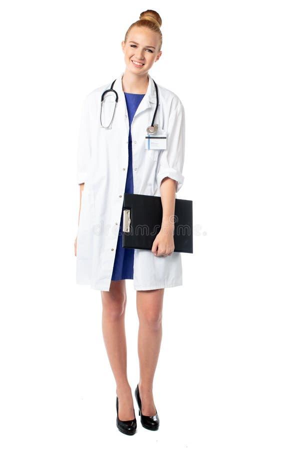 Le doktorn som rymmer en mapp av tålmodiga rekord royaltyfri bild