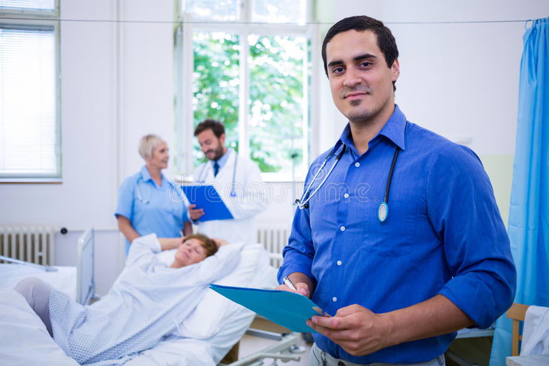 Le doktorn som rymmer en medicinsk rapport royaltyfri foto