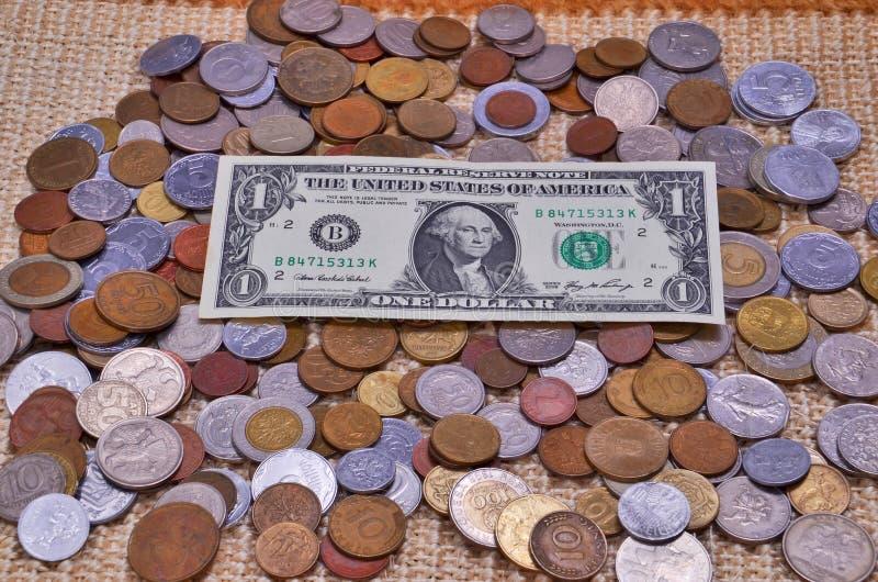 Le dollar est dans le placer des pièces de monnaie images stock