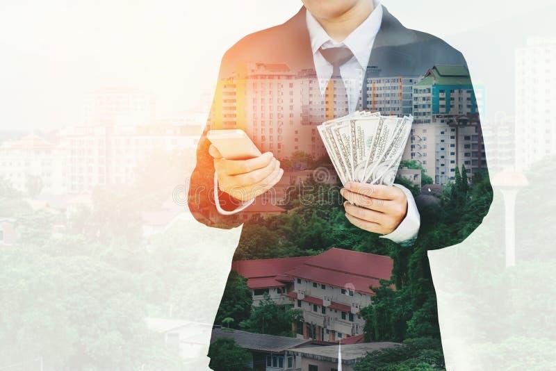 Le dollar US d'argent de Holding d'homme d'affaires affiche l'escroquerie financière d'affaires image stock