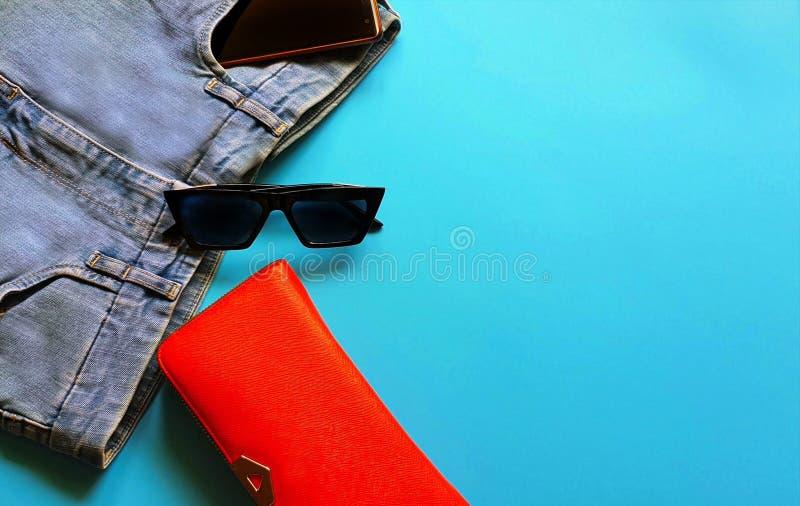 Le donne adattano a sandali bianchi Ring Earring dell'estate degli accessori il cappello rosso della borsa modo bianco pi del por fotografie stock libere da diritti