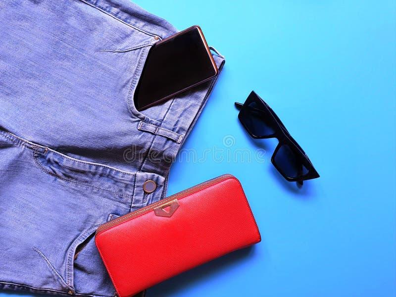 Le donne adattano a sandali bianchi Ring Earring dell'estate degli accessori l'arco rosso del cappello della borsa portafoglio co immagine stock libera da diritti