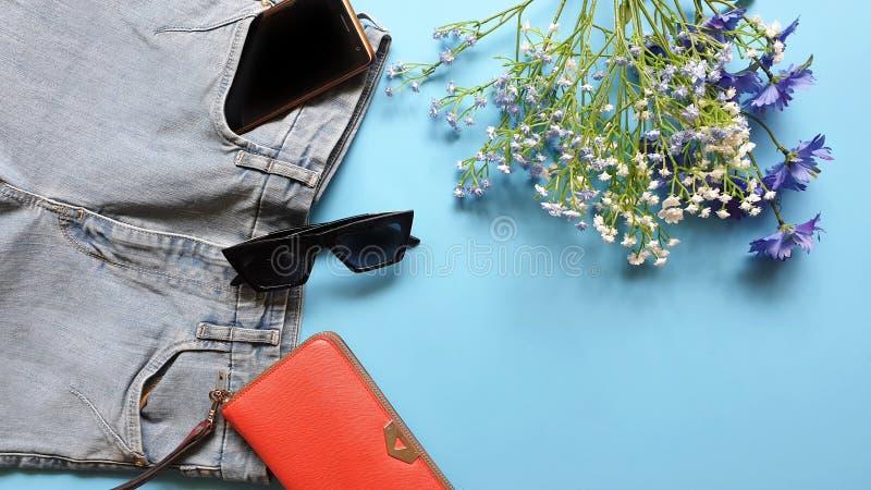 Le donne adattano a sandali bianchi Ring Earring dell'estate degli accessori l'arco rosso del cappello della borsa portafoglio co immagini stock libere da diritti