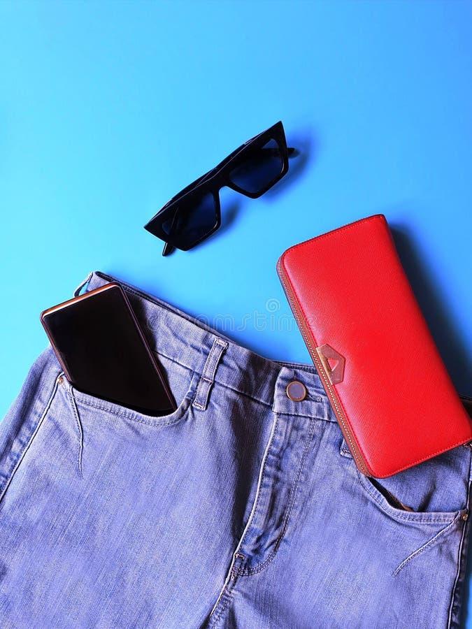 Le donne adattano a sandali bianchi Ring Earring dell'estate degli accessori l'arco rosso del cappello della borsa portafoglio co fotografia stock libera da diritti