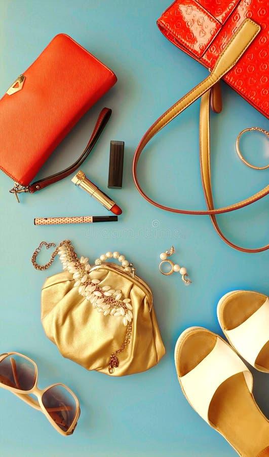 Le donne adattano a sandali bianchi Ring Earring dell'estate degli accessori l'arco rosso del cappello della borsa portafoglio co fotografie stock