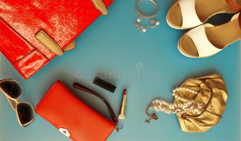 Le donne adattano a sandali bianchi Ring Earring dell'estate degli accessori l'arco rosso del cappello della borsa portafoglio co immagine stock