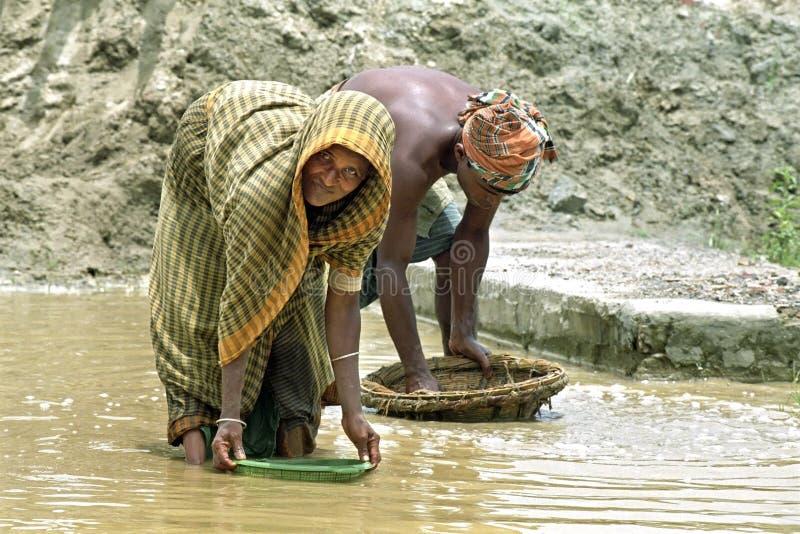 Le donne anziane e l'uomo del Bengala che lavorano in ghiaia estraggono fotografia stock
