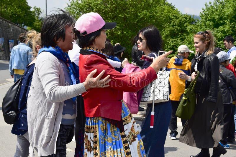 Le donne asiatiche comunicano e prendono le immagini sullo smartphone della vista pittoresca immagine stock