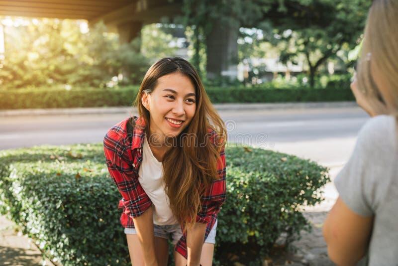 Le donne asiatiche dell'amico del bello viaggiatore felice portano lo zaino Donne asiatiche del giovane amico che usando macchina fotografie stock libere da diritti