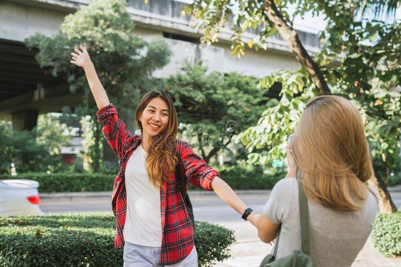 Le donne asiatiche dell'amico del bello viaggiatore felice portano lo zaino Donne asiatiche del giovane amico che usando macchina immagine stock
