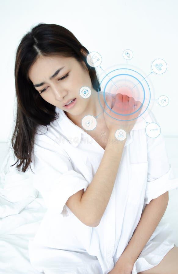 Le donne asiatiche non stanno bene con dolore immagini stock libere da diritti