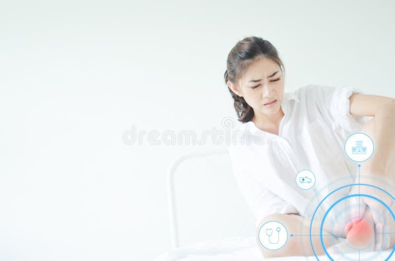 Le donne asiatiche non stanno bene con dolore fotografia stock libera da diritti