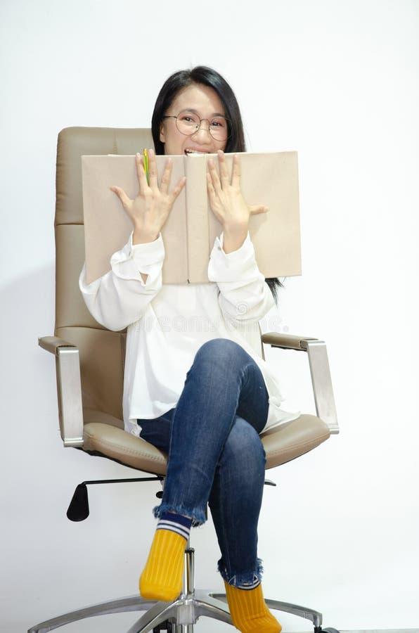 Le donne asiatiche stanno sorridendo immagini stock