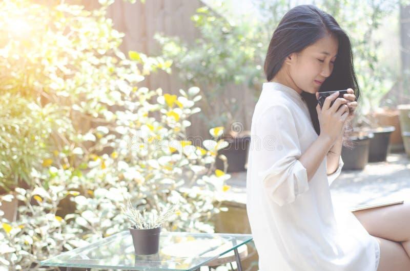 Le donne bevono il giardino del caff? di mattina fotografie stock libere da diritti
