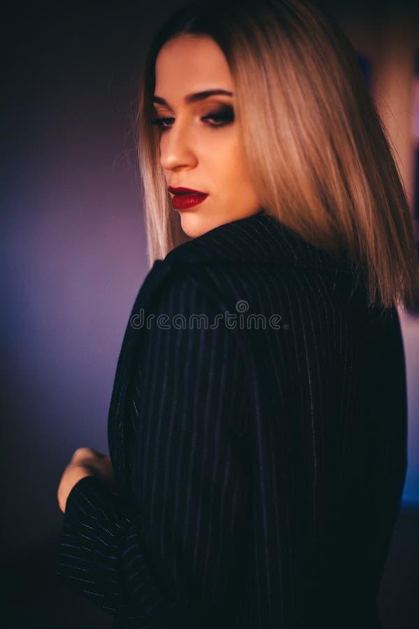Le donne bionde sexy attraenti portano il reggiseno ed il rivestimento neri La sera compone gli occhi affumicati neri ed il rosse immagini stock libere da diritti