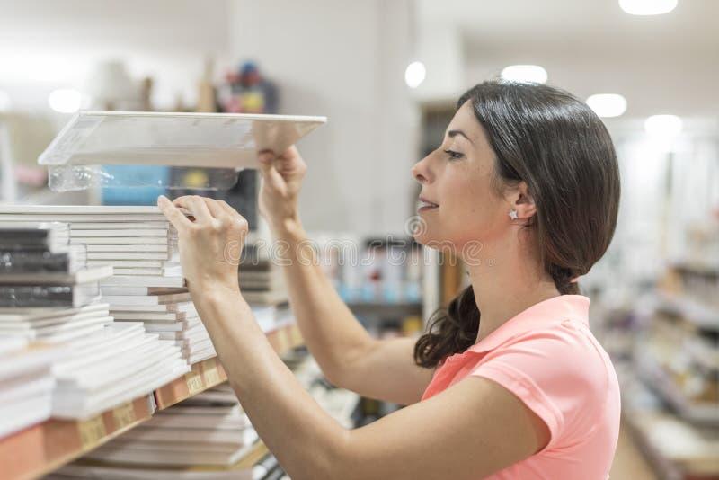 Le donne in cancelleria seleziona le carte differenti immagini stock