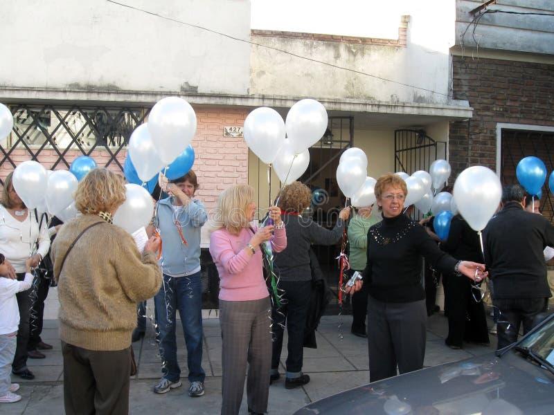 Le donne che distribuiscono i palloni all'evento di La Paz di por di Arte hanno tenuto al centro Buenos Aires argentina di yoga d immagini stock libere da diritti