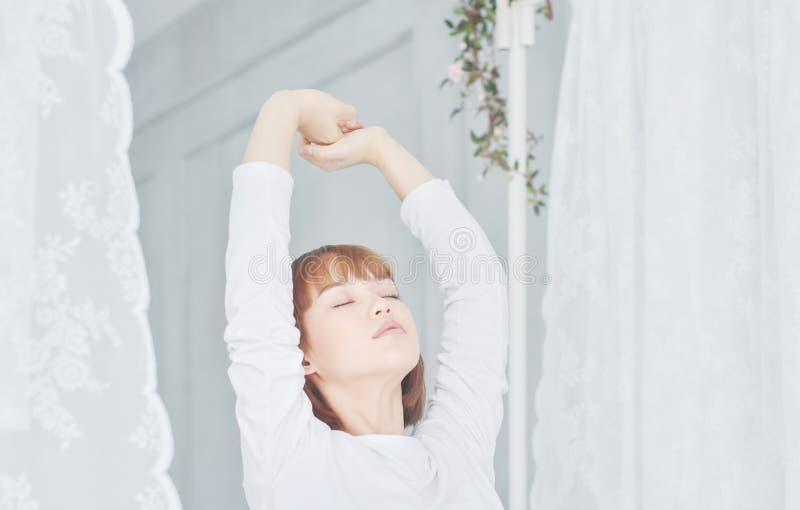 Le donne che portano le camice bianche hanno svegliato appena immagine stock