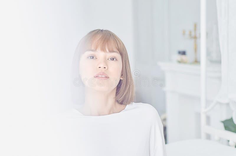Le donne che portano le camice bianche hanno svegliato appena immagini stock libere da diritti