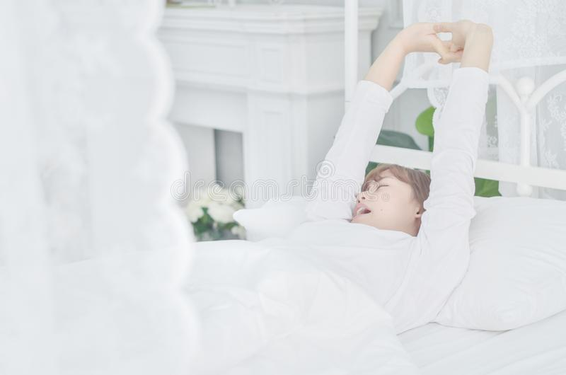 Le donne che portano le camice bianche hanno svegliato appena fotografia stock libera da diritti