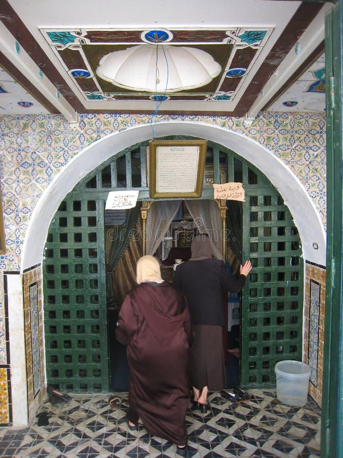 Le donne che visitano Abou hanno detto la tomba di s. Sidi Bou ha detto. La Tunisia immagini stock libere da diritti