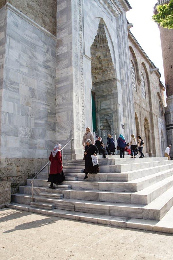 Le donne con le sciarpe lasciano la moschea di Ulu Camii immagine stock