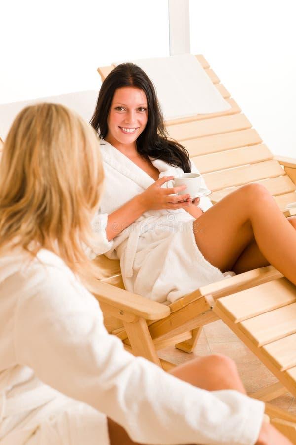 Le donne della stazione termale due di salute di bellezza si distendono la conversazione fotografia stock