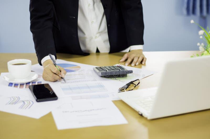 Le donne di affari analizzano la riunione degli azionisti della presentazione dei documenti, con i grafici di piano di vendita e  fotografia stock libera da diritti