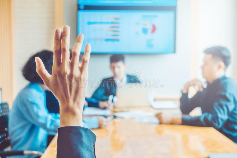Le donne di affari hanno sollevato il seminario di affari della mano, la riunione d'affari c immagini stock