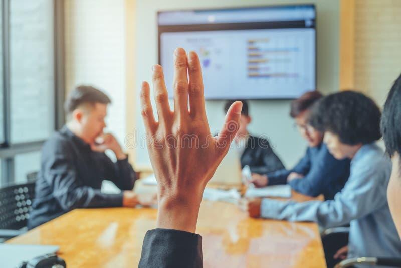 Le donne di affari hanno sollevato il seminario di affari della mano, la riunione d'affari c immagini stock libere da diritti