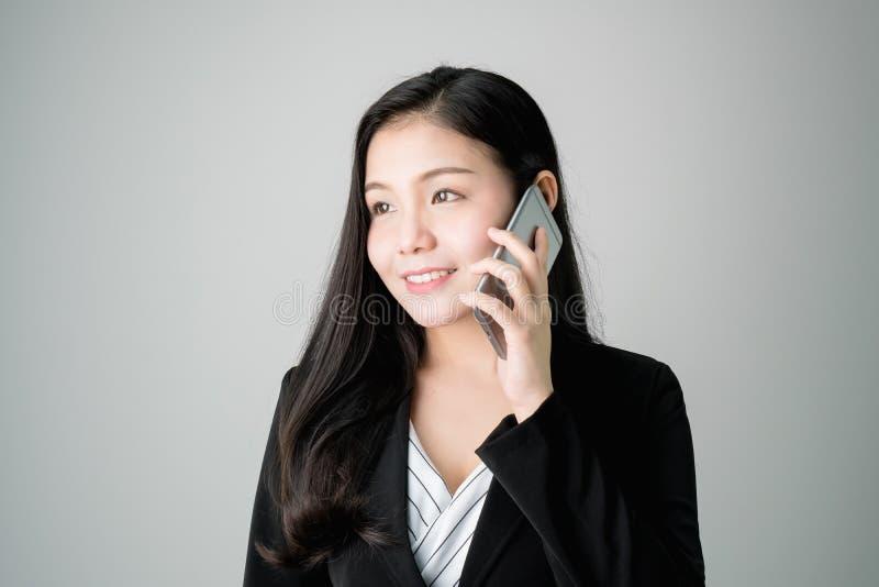 Le donne di affari stanno utilizzando il telefono per discutere gli affari di affari fotografie stock libere da diritti