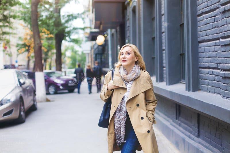 Le donne di medio evo passa attraverso la città e sorride Raggiro di felicità fotografia stock