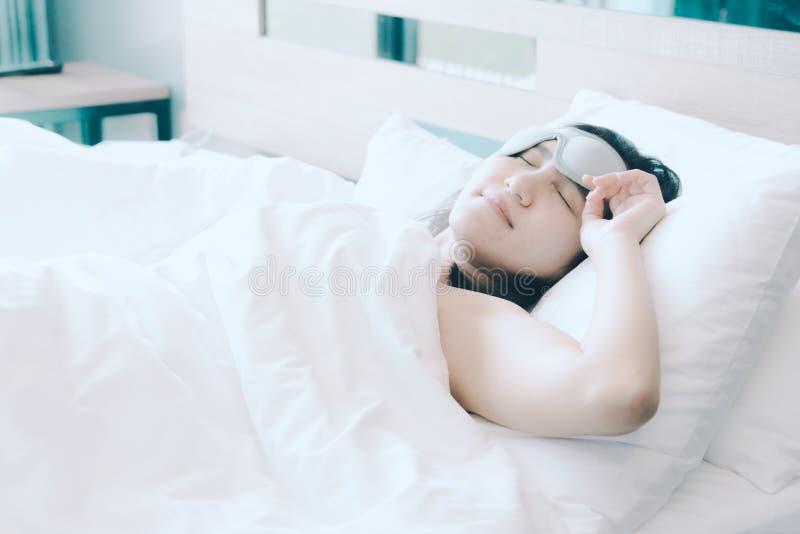 Le donne dormono in cuscino bianco sul letto, dopo avere svegliato nella mattina dolce fotografia stock libera da diritti